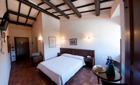 Una delle camere doppie del casale, una scelta ideale di relax e confort per un soggiorno in Umbria.