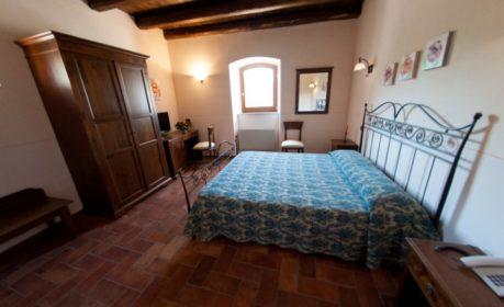 Camera nella Torre medioevale di valle rosa, spoleto, umbria